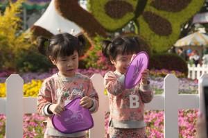兩個在玩紀念品的小妹妹(黃小玲攝)