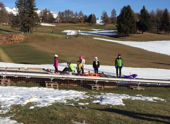 滑雪坡無雪小孩失望。