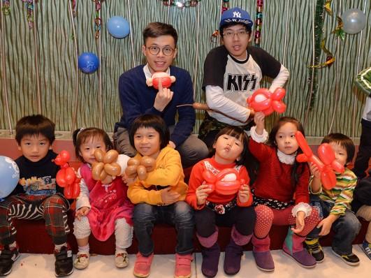 宋耀晉(後排左)和盧嘉軒(後排右)在派對上深受小孩子歡迎。(政府新聞網圖片)